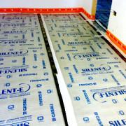 Ristrutturazione di civile abitazione, materassino acustico isolante interposto fra solaio e massetto, quale coibente sonoro e termico.