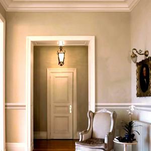 Stucchi decorativi a parete e soffitto, tinteggio a calce alle pareti. Abitazione centro storico Ancona